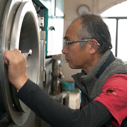 洗い方を決めるのは熟練職人だけに許されている。それほど重要。