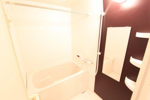 スーツを浴室にかけてシャワーを浴びる。もしくは、浴槽にお湯を張ってスーツを吊しておく