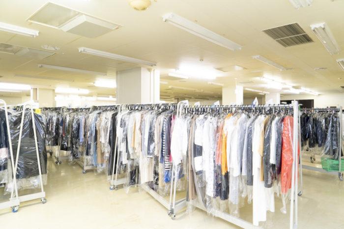 リナビスの工場内にある保管倉庫。ここで最大12ヶ月無料保管をしてもらえる。10着ほど衣類がなくなるのでクローゼットが劇的にスッキリする。