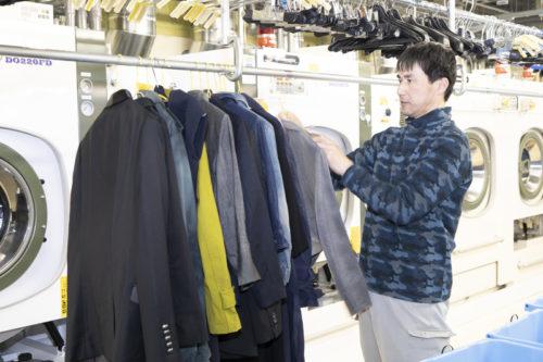 洗われた衣類がハンガーにかけられ吊り干し乾燥にまわされる。
