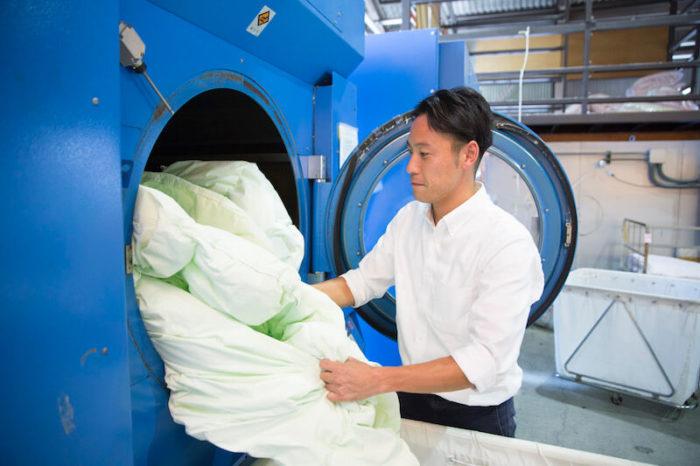 プロが専門的なマシンで洗ってくれる布団の丸洗い宅配クリーニングはダニの99%が死滅する。これは清潔!