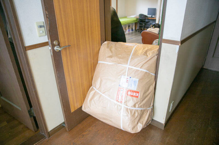 布団は大きい。これは布団クリーニングを依頼するための集荷袋。一人で持ち上げるのも難しい大きさ。