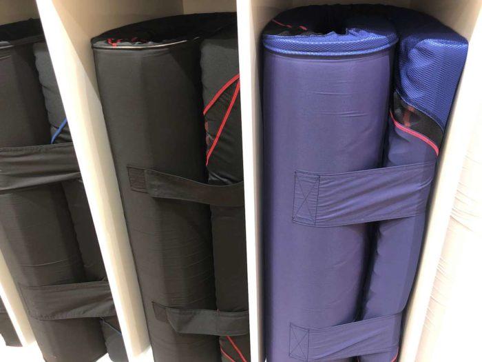 宅配クリーニングで洗えるのは、配送の関係上「三つ折りできる布団」が対象。ヤマト運輸・佐川急便などが運べないものは基本的に対象外