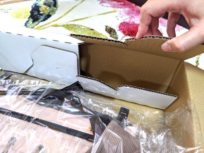 ハンガー箱の上部に固定されている。これでシワの心配なし