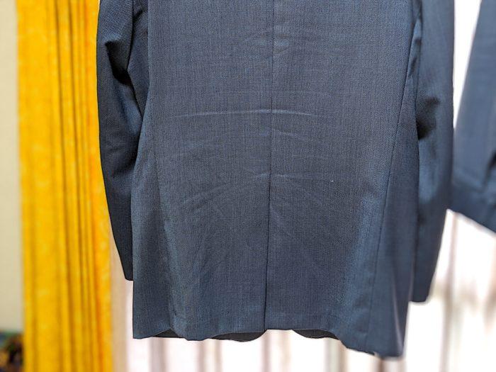 よく着ているのでヨレヨレのシワシワ。袖口には白っぽい汚れもある。