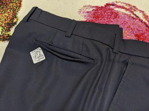 スラックスのポケットは着すぎて裏返り、散々な状態。