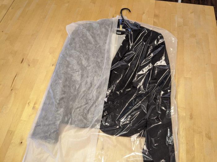美服パックはハンガーにかかって返却されるのはジャケット。その他の衣類は「たたみ仕上げ」。シワの心配のない衣類を中心にイライラいしたいところ。