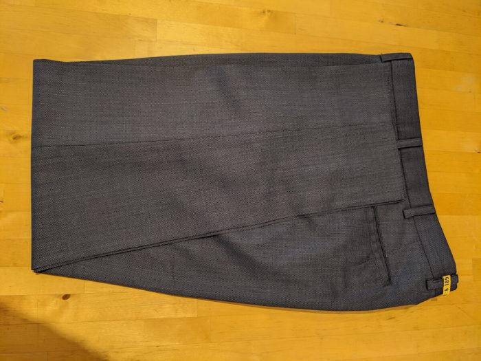 ズボンは畳仕上げで届いた。不織布包装されている。通気性が良いので助かる。プレスはいい感じだった。
