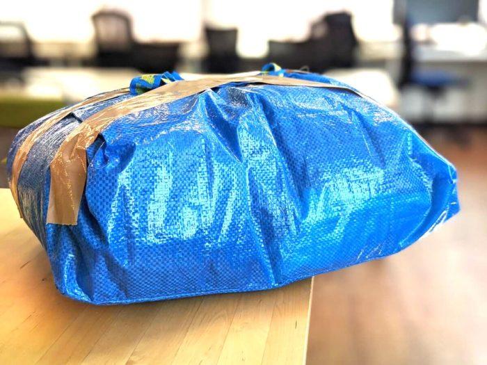 自分で袋を用意して送る。今回はIKEAの袋に11着を詰めた。