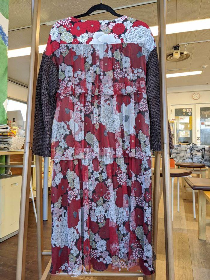 表と裏で素材の異なるニット。裾が盛大にほつれていた