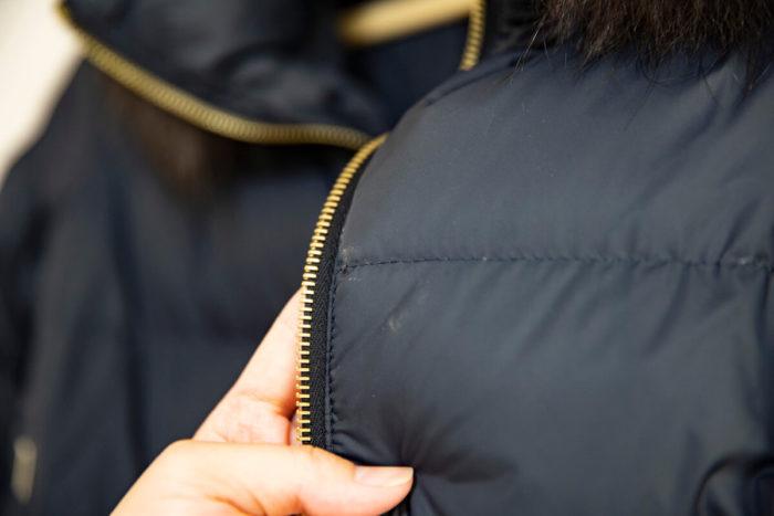【ビフォー】コート前面のチャック周りにも白い汚れのようなものが付いている