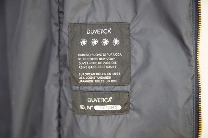 デュベティカの品質表示「ピュアグースニューダウン」とある。間違いなく水鳥の羽が入っている