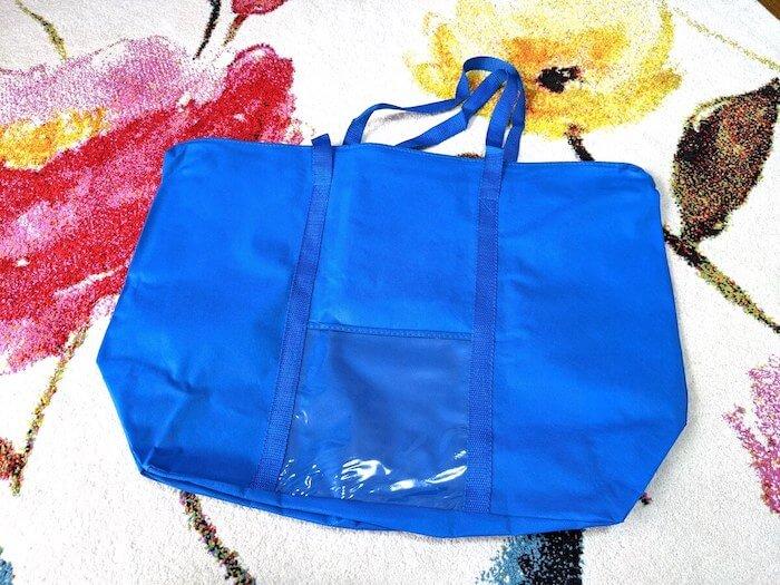 クリコムの集荷袋。青い。ロゴは入っていない。よくあるタイプの袋で、コートなら2〜3着まで入れることができる。