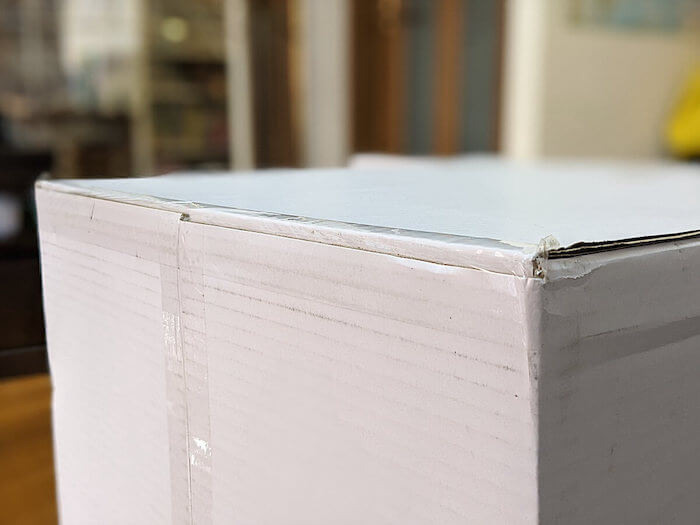 クリコムの箱はビニールのガムテープで止められている。MIZUNO侵入もある程度防げそう