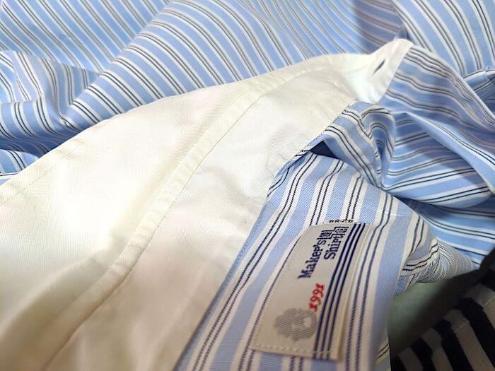 綿100%のシャツです。アイロンがけが面倒な1着。首周りが若干よごれています。