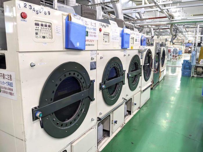 せんたく便の工場は滋賀県彦根市にある。田舎にある巨大な工場は、最先端の宅配クリーニングの仕組みを備えていた。