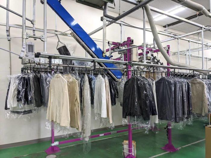 衣類を仕分ける「ソーター」はせんたく便の工場には2台もありました。春に持ち込まれる大量の衣類をリナビスの2倍以上の生産力で洗うことができます。