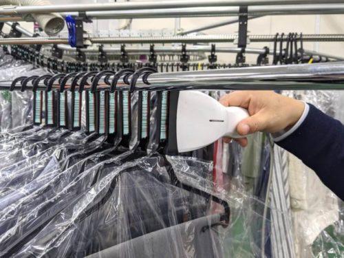 オートソーターが仕分けた衣類を、注文データと紐付けて「すべてA様のものである」ことを確認していく。