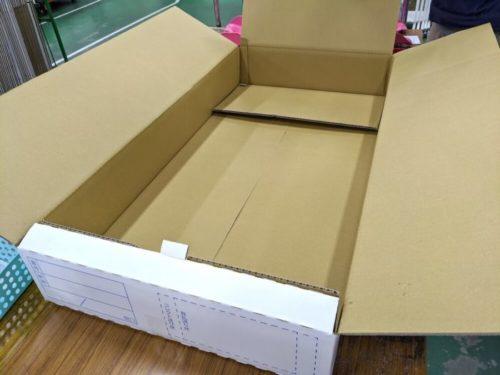 せんたく便の箱。ハンガーを固定できる仕組みになっている。配送中に偏ってシワになりにくい