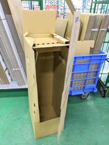 吊り干し輸送用の箱。吉原社長が考案したそう。凄い。箱代のぶん高くなるが、絶対にシワを防ぎたいというお客様は注文するそう。
