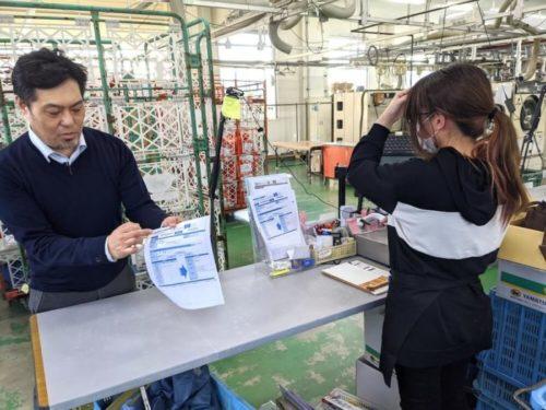 検品の結果が書かれた伝票が出力されるので荷物に添付する。