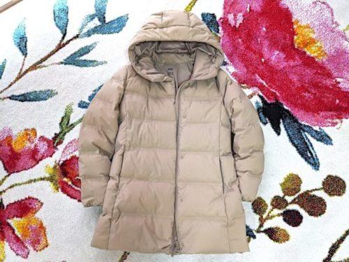 UNIQLOのダウンコート風(中身のいち部がフェザー・9割綿わた)ベージュ色は、大人のSサイズですが小学生の娘が着ているものです。