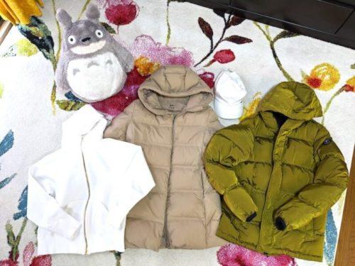 高さ50センチのトトロのぬいぐるみ・白い綿のキャップ・ケープホーンのダウンコート・UNIQLOのフェザー&中綿のコート・真っ白のパーカー