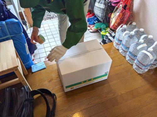 せんたく便・最速パックでは、箱をヤマト運輸さんが持ってきてくれるので入れるだけ。(保管パックは専用の集荷袋を使うので送り方が少しだけ違います。)